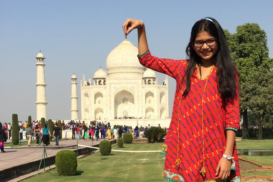 Your+correspondent+%22holds+up%22+the+Taj+Mahal.